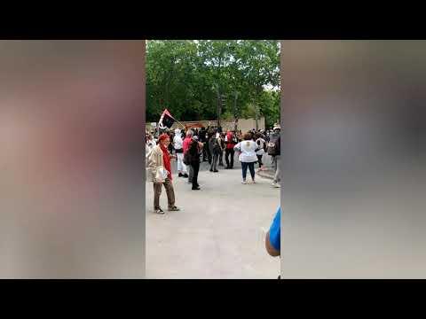 Quelques antifas face aux policiers
