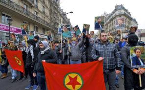 Violents heurts entre Turcs et Kurdes place de la République