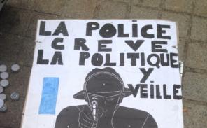Nouvelle mobilisation des policiers devant la Pyramide du Louvre