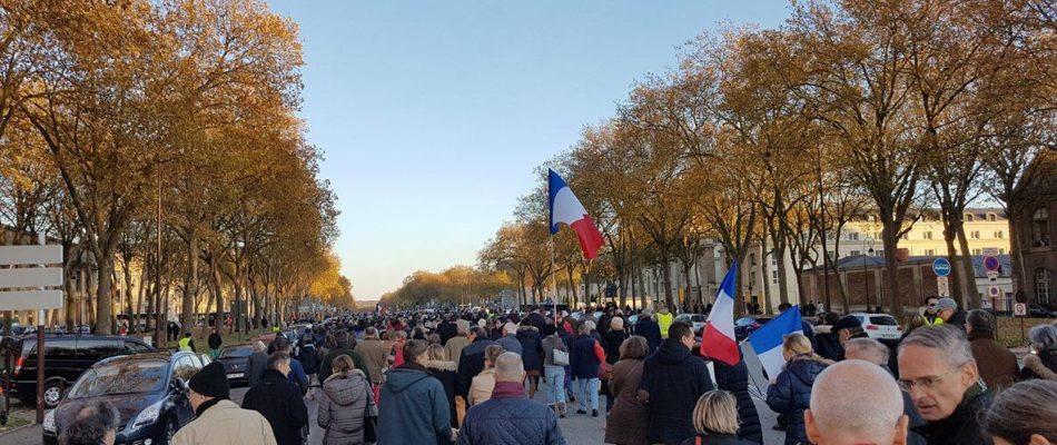 Versailles: plus d'un millier de personnes contre les camps de migrants clandestins