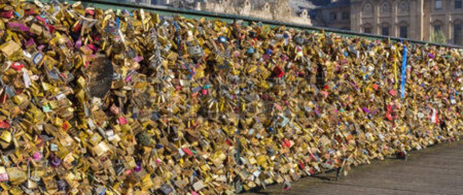 Les cadenas des ponts parisiens vendus au profit des migrants clandestins