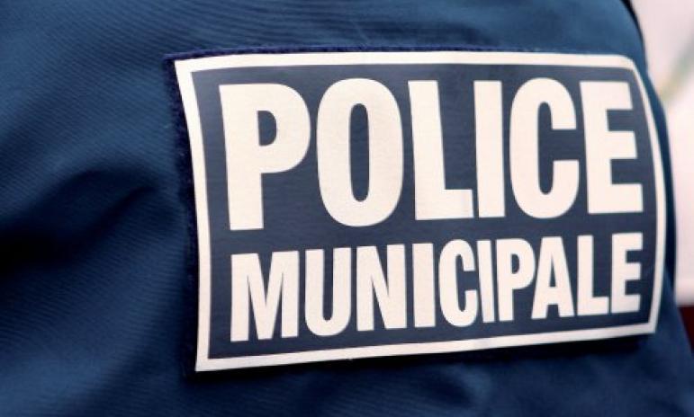 Quarante-huit heures après le drame de Rodez au cours duquel le patron de la police municipale, Pascal Filoé, a perdu la vie, agressé à coups de couteau (nos éditions précédentes), un équipage de la police municipale toulousaine a été très violemment pris à partie, vendredi soir, rue Gatien-Arnoult, dans le quartier Arnaud-Bernard.