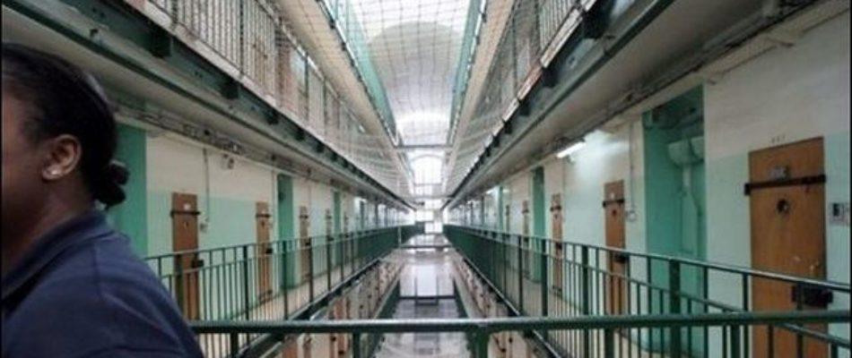 Des anciens détenus agressent un gardien devant son domicile.