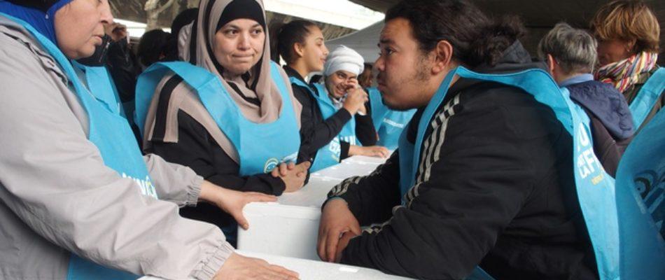 Des entrepreneurs organisent un «couscous géant» pour les migrants clandestins