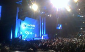 Paris: des activistes d'extrême-gauche tentent de perturber le meeting de Marine Le Pen