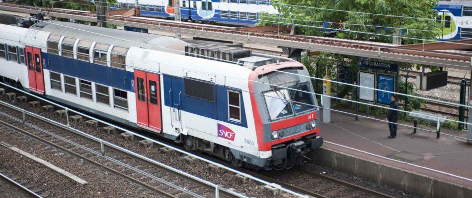 Inondations: un RER B déraille