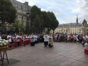 """16h00: Le """"benedicamus Domino"""" sonne la fin des vêpres (en français dans le texte cela donne """"Bénissons le Seigneur""""). L'église est à présent bien remplie. La procession en l'honneur de la Très Sainte Vierge Marie peut donc s'avancer dans les rues de Paris au son des Ave et des cantiques Catholiques."""