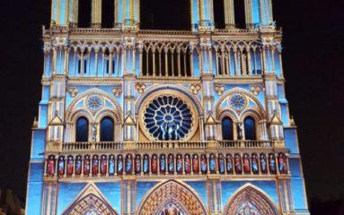 » Dame de Coeur » : le spectacle à couper le souffle devant Notre-Dame de Paris