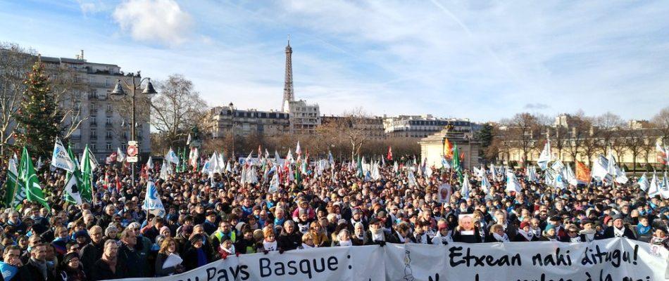 Des milliers de basques défilent dans Paris