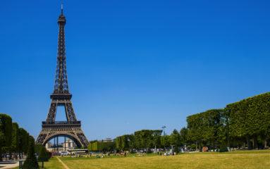 Covid-19: La Tour Eiffel illuminée en soutien aux soignants
