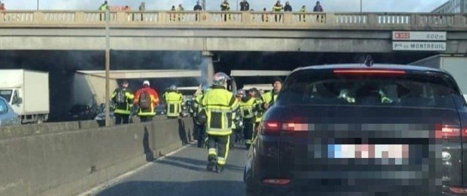 Les Pompiers défilent et sont durement réprimés