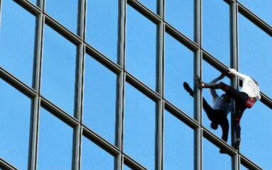 Alain Robert gravit une tour de la Défense pour dénoncer le pass sanitaire